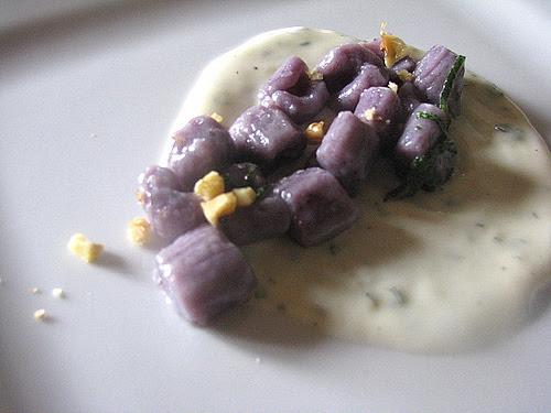 Vellutata al formaggio condimento gnocchi patate viola