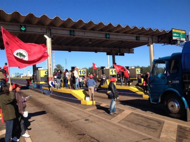 Manifestantes ocuparam a praça de pedágio em Arapongas, na BR-369 (Foto: Alberto D'Angele/RPC)