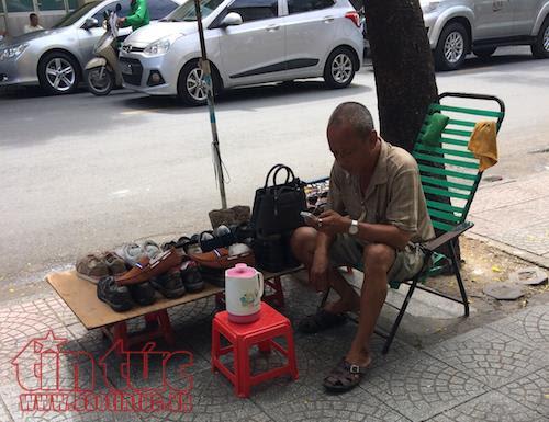 TP Hồ Chí Minh: Vắng bóng lực lượng chức năng, vỉa hè quận 1 'đâu lại vào đấy' - Ảnh 2.