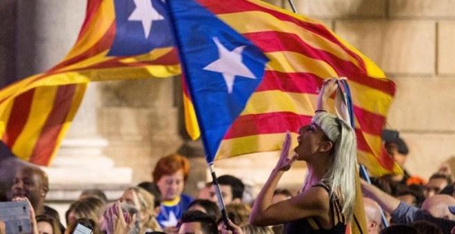 Personas concentradas esta viernes en la Plaza de Sant Jaume de Barcelona, para festejar que el Parlament ha declarado de forma unilateral la independencia de Cataluña. /EFE
