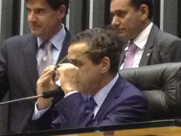 O presidente da Câmara, Henrique Alves, chora ao ouvir as manifestações de colegas no plenário (Foto: Fernanda Calgaro/G1)