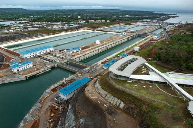 The new Agua Clara locks on the Atlantic side of the Panama Canal have water-saving basins. At the upper left, the route of the original canal can be seen.