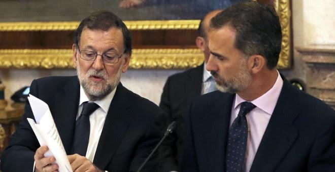 El Rey Felipe VI y el presidente del Gobierno en funciones, Mariano Rajoy, conversan durante la reunión del Patronato del Instituto Cervantes, en el Palacio Real de Aranjuez.EFE/Ballesteros