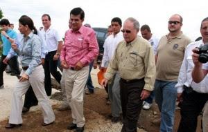 Foto tomada de diariowebcentroamerica.com en la que aparece la mandataria Laura Chinchilla, el exdirector del CONAVI, Carlos Acosta y el segundo vicepresidente, Luis Liberman.