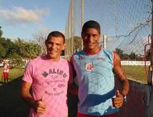 Adalberto e Max se reencontram no CT do América-RN (Foto: Edmo Nathan/Divulgação)