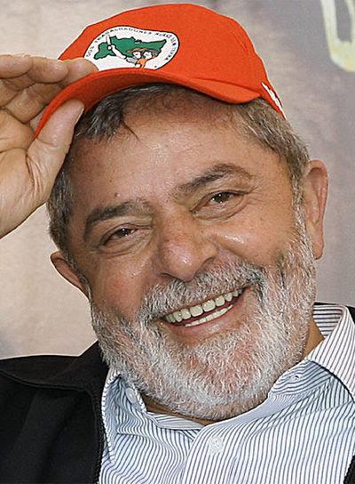 El presidente brasileño, Luiz Inácio Lula da Silva, con una gorra del Movimiento de los Sin Tierra (MST)