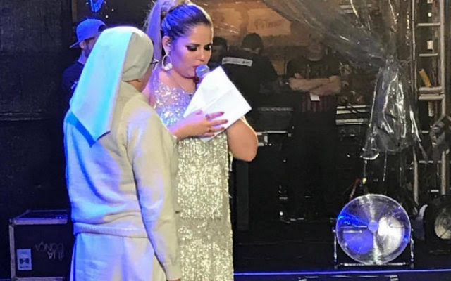 A irmã Maria do Rosário, representante da organização, recebeu das mãos da cantora um documento comprovando a transferência do dinheiro. Foto: Instagram/Reprodução