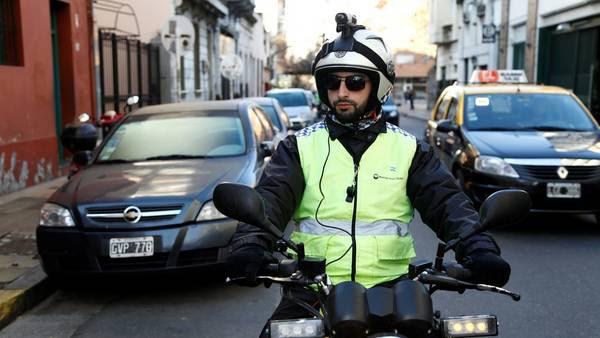 Patrulla filmando: un agente del Cuerpo de Control de Tránsito filma a los autos para detectar posibles infracciones.