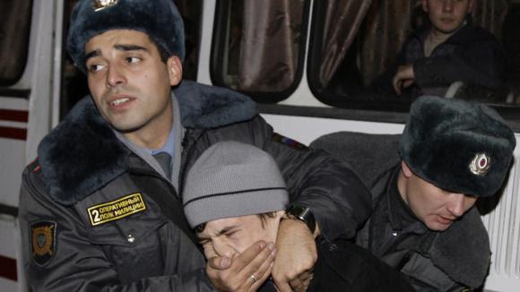 Des policiers russes maitrisent un manifestant à Moscou en 2009