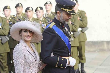 Don Felipe y la Princesa Letizia, a su llegada a la catedral de Luxemburgo.   Gtres