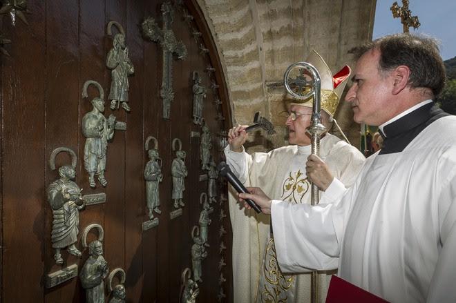 Resultado de imagen de apertura de la puerta del perdon en liebana