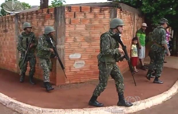 Militares do Exército treinam em Goiás para atuar no Complexo da Maré (Foto: Reprodução/TV Anhanguera)
