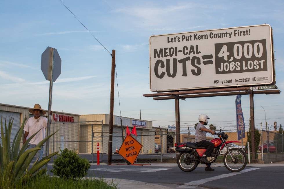 Carteles contra los recortes en la sanidad pública, en Bakersfield.