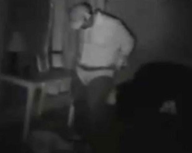 Homem invadiu casa em Chicago e foi flagrado colocando calcinha sobre suas calças (Foto: Reprodução/YouTube/Steven Fremond)