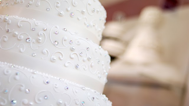 : Couple shamed over 'tacky' cake, critics say they'll get divorced