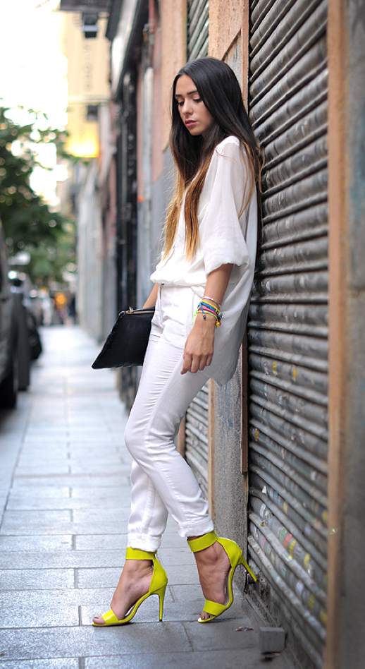 LE FASHION BLOG STREET STYLE ALL WHITE LOOK SPRING SUMMER INSPIRATION NEON BRIGHT YELLOW SANDALS HEELS STACKED NEON PASTEL BRIGHT BRACELETS LONG OMBRE HAIR SIMPLE BLACK ZIPPER CLUTCH STYLE LOVELY CHIC TO CHIC BLOGGER AGOSTINA GOSSIPMADEMEFAMOUS