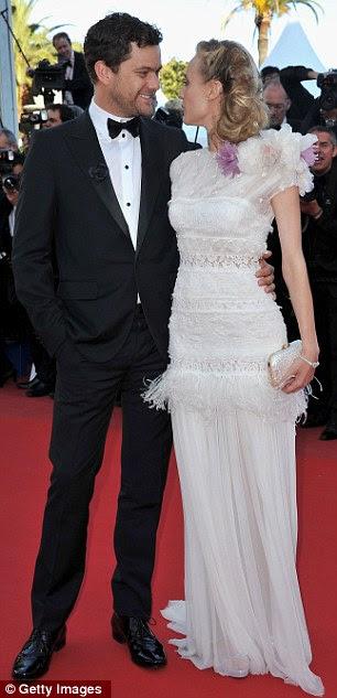 O olhar do amor: A atriz alemã ficou mais perto de seu namorado Joshua Jackson, que usava um smoking simples