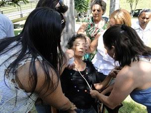 A irmã do cantor, cabelereira Maria das Graças Reis, 53 anos, desmaiou no velório minutos antes do enterro de Wando nesta quinta-feira (9), em Belo Horizonte. De acordo com a administração do Bosque da Esperança, não há unidade de saúde no cemitério. (Foto: Alex Araújo/G1)