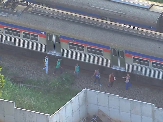 Usuários caminham próximos aos trilhos após falha na Linha 7 da CPTM nesta terça (5) (Foto: Reprodução: TV Globo)