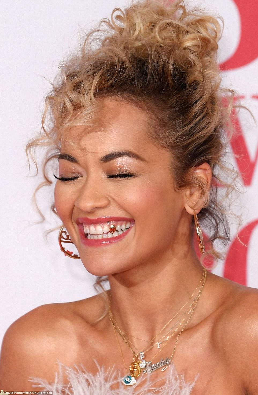Indo para o ouro: Rita mostrou o dente de ouro enquanto ria no tapete vermelho