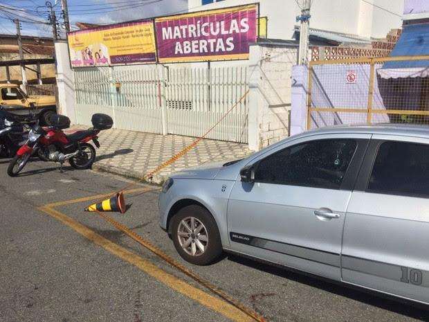 Mulher levou tiro no braço e foi socorrida  (Foto: Pedro Melo/ TV Vanguarda)