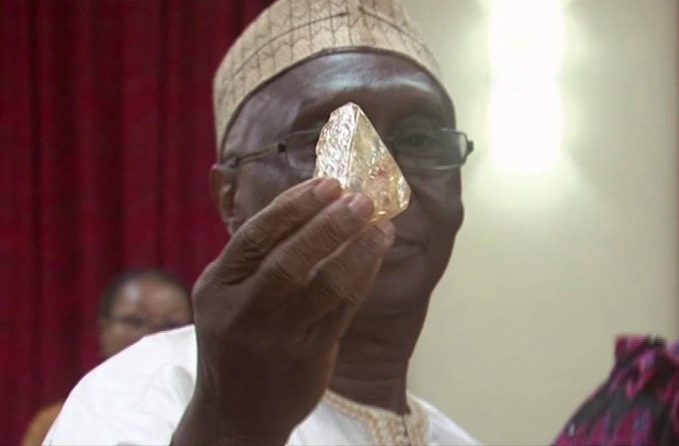Ministro de Minas e Recursos Naturais do país, Alhaji Minkailu Mansaray, exibe o diamante (Foto: SLBC via AP)