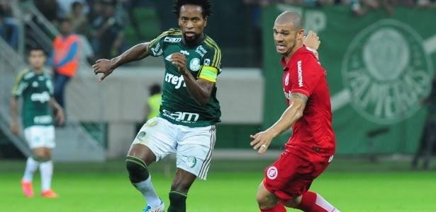 Zé Roberto (esq.), do Palmeiras, escapa da marcação de Nilton, do Internacional, durante partida contra o Internacional, nesta quinta-feira (4), válida pelo Campeonato Brasileiro