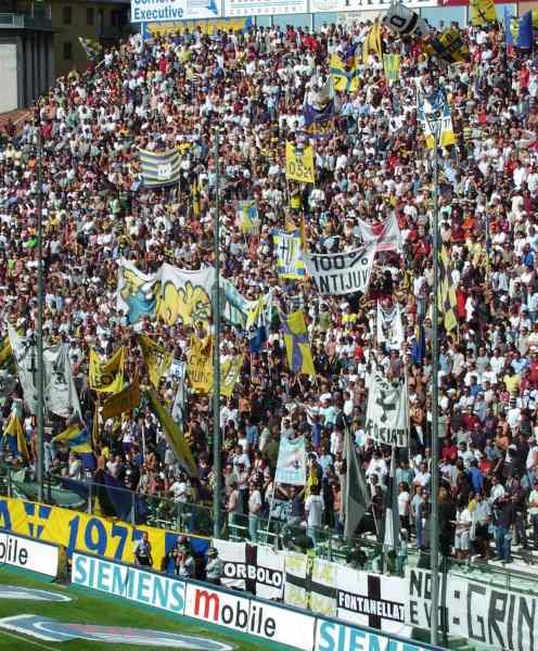 Incidenti scoppiati in autogrill: Tifoso del Parma muore investito da un pulmann juventino.