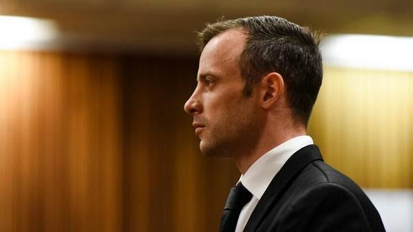 Oscar Pistorius, al escuchar el monto de la fianza que se le impuso para seguir con arresto domiciliario. (AP)
