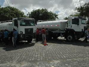 Caminhão entregue por Aguinaldo Ribeiro em João Pessoa  (Foto: Jhonathan Oliveira/G1)