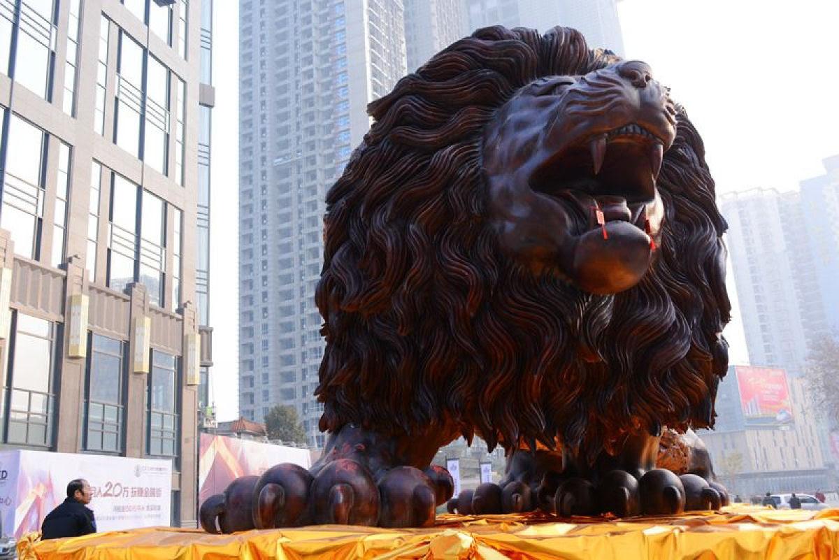 Escultura gigante de um leão levou 3 anos para ser esculpida em único tronco de sequóia por 20 pessoas 03
