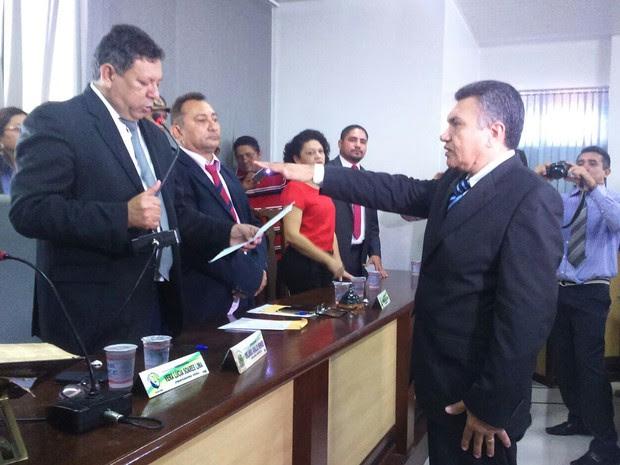 Ednaldo Lima presta juramento na Câmara Municipal de Santa Inês (MA) (Foto: Hudson Braz / TV Mirante)