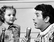 Vincenza Pastorelli nel 1969 quando cantava 'Volevo un gatto nero' dal palco dello Zecchino d'Oro con Cino Tortorella (Ansa)