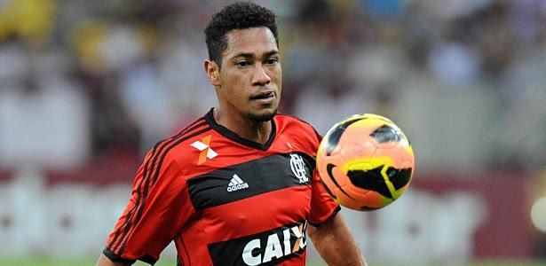 Hernane domina a bola durante jogo contra o Fluminense; atacante marcou dois gols