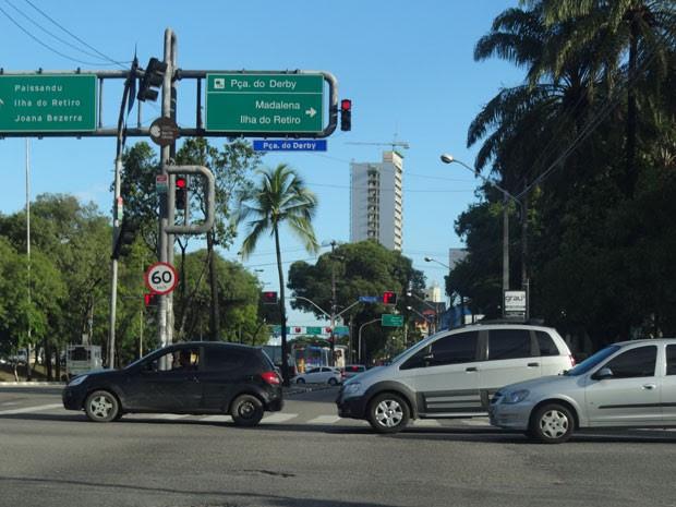 Placa indicando pontos turísticos e bairros da cidade não tem tradução em inglês. (Foto: Alexandre Morais/ G1)