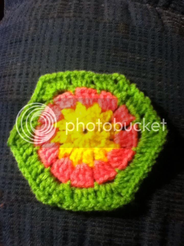 Hexagon I crocheted tonight. I like these colors. photo 552470_10200407652743486_1183084991_n.jpg