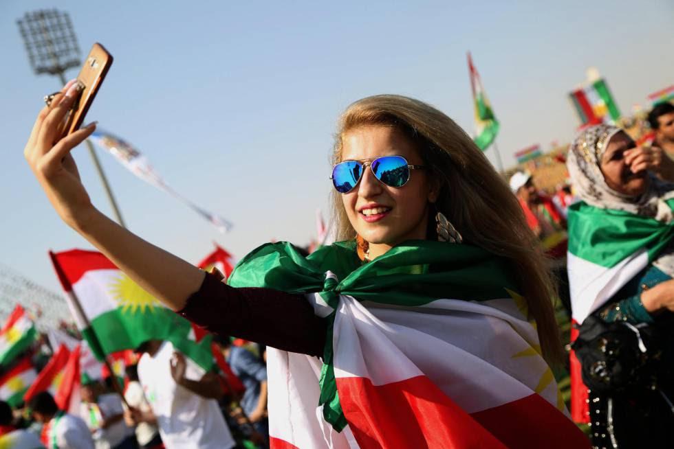 Una kurda se saca un selfie en un mitin en Erbil este viernes. GAILAN HAJI (EFE)