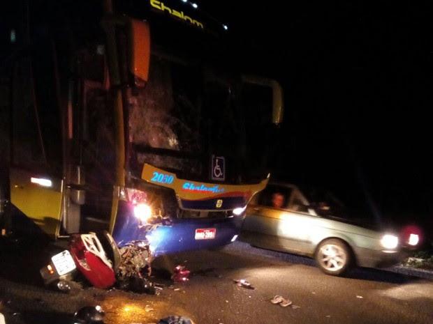 Vítimas colidiram moto em ônibus de turismo (Foto: Divulgação/Polícia Militar)
