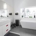 Biała w nowoczesnym stylu łazienka z szarą podłogą ...