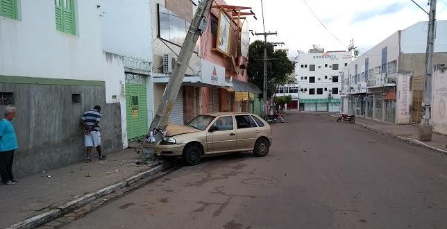 Motorista bate carro em poste de iluminação na madrugada do Dia dos Namorados