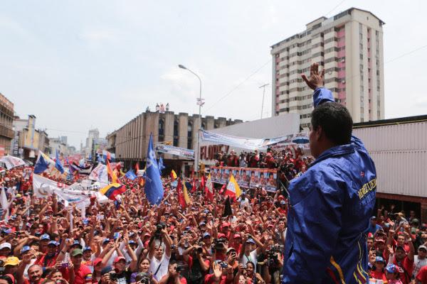 El país está convertido en una marea roja que apoya a Maduro