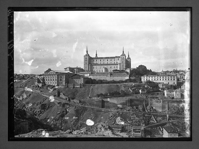 Alcázar de Toledo visto desde el este hacia 1910. Fotografía de Charles Chusseau-Flaviens. Copyright © George Eastman House, Rochester, NY