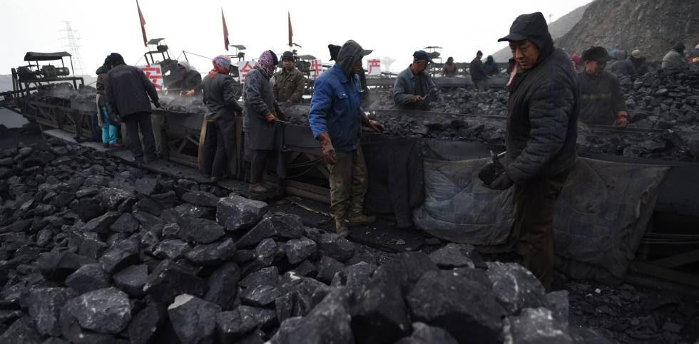 Trabajadores de una mina de carbón en Datong, provincia de Shanxi, a finales de 2015.