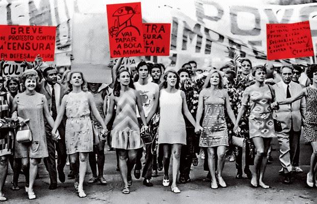 """INTEGRANTES DO GRUPO """"TEATRO EM GREVE CONTRA A CENSURA"""" PROTESTAM NO RIO DE JANEIRO EM FEVEREIRO DE 1968 (Foto: Gonçaves (CPDOCJB))"""