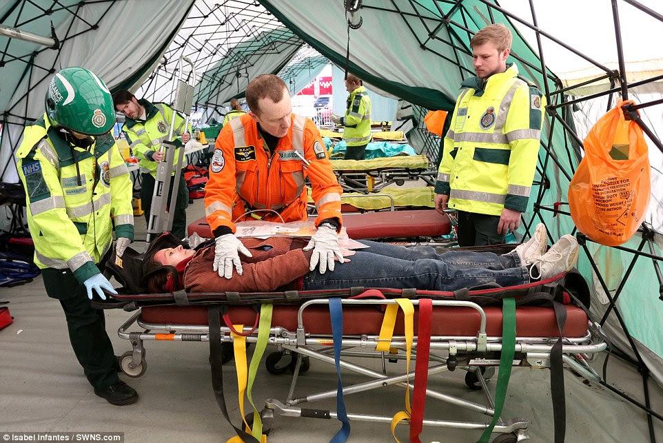 Εξειδικευμένη κατάρτιση: Οι σειρές των «θυμάτων» παρατάσσονται σε κρεβατιών σε ένα αυτοσχέδιο κέντρο που έχει συσταθεί έξω από το σταθμό του υπόγειου σιδηρόδρομου