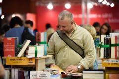 Top 10 cărți care te vor ține cu sufletul la gură