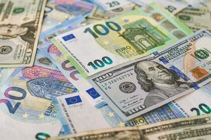 Эксперт назвала способные заменить россиянам доллар валюты