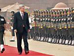 Primeiro-ministro do Canadá, Stephen Harper (centro), inspeciona guarda local durante visita a Nova Déli, na Índia