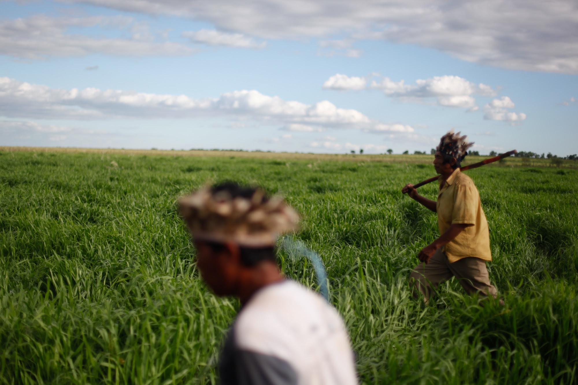 Índios da comunidade Kurusu Ambá, onde predomina a cultura da soja. Foto de Ruy Sposati