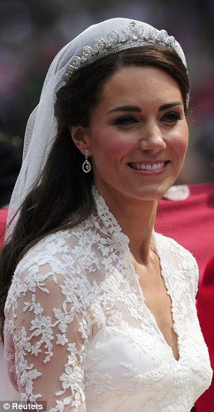 Close up: O vestido era embelished com custom-made do laço, ea duquesa transformado em um simpled vestido Alexander McQueen para a recepção do casamento